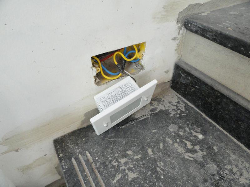 escadas externas jardim : escadas externas jardim:Por cálculo mal feito, o eletricista acabou entupindo esta caixa com